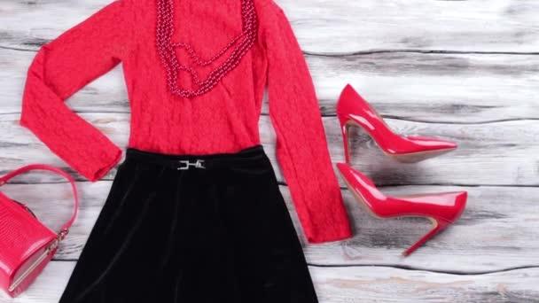 Tmavé sukni a červený top
