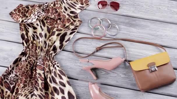 Leopardí šaty a pata boty