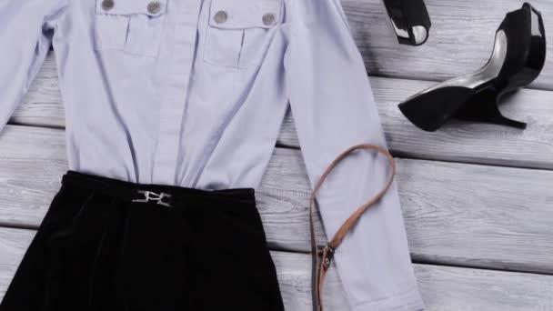 Světle modrou košili a podpatky.
