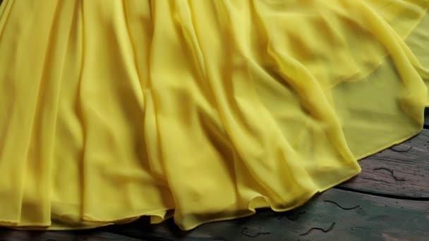 Žluté šaty a stříbrnou kabelku