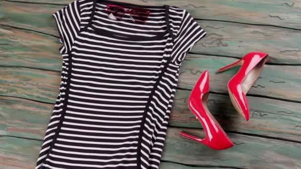 Pruhované šaty s krátkými rukávy.
