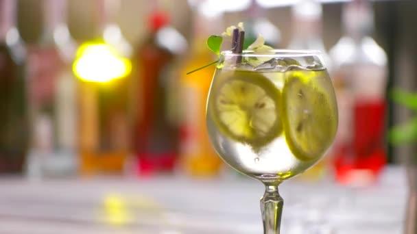 Glas Cocktail dreht sich langsam.