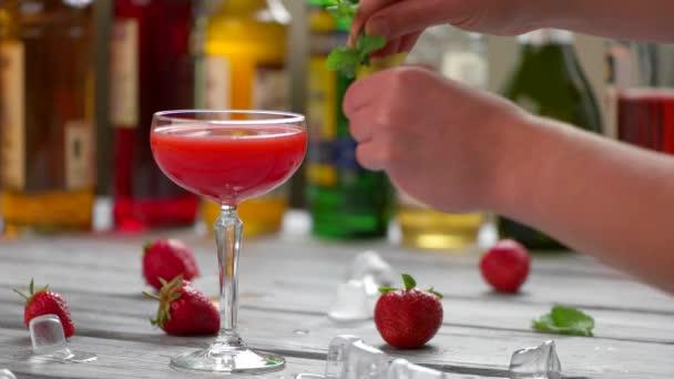 Glas mit roten Getränk.
