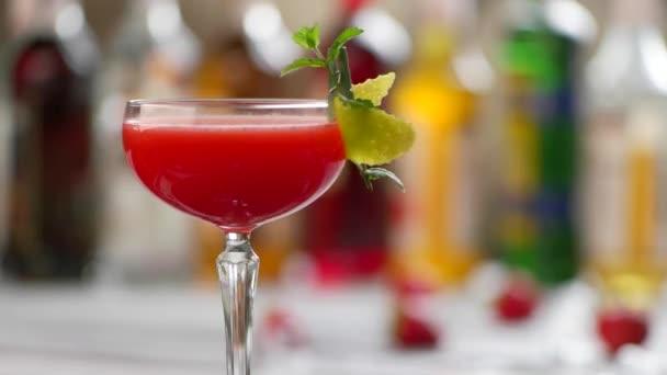 Glas Rotwein cocktail dreht sich.