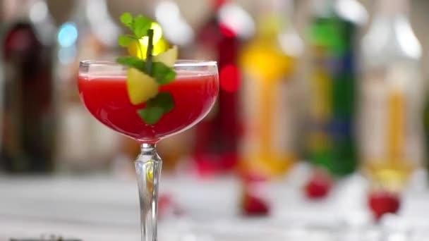 Glas rote Getränk dreht sich.