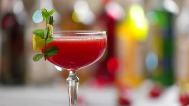 Glas rote cocktail drehen.