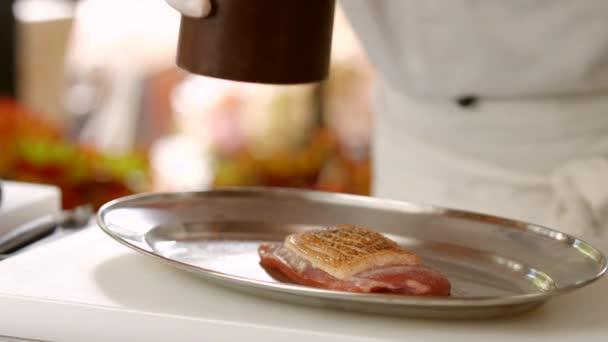 Pepř dávkovač nad syrové maso