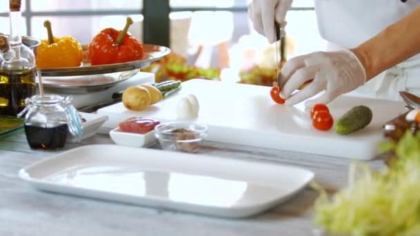 Hände mit Messer geschnittenen Tomaten.