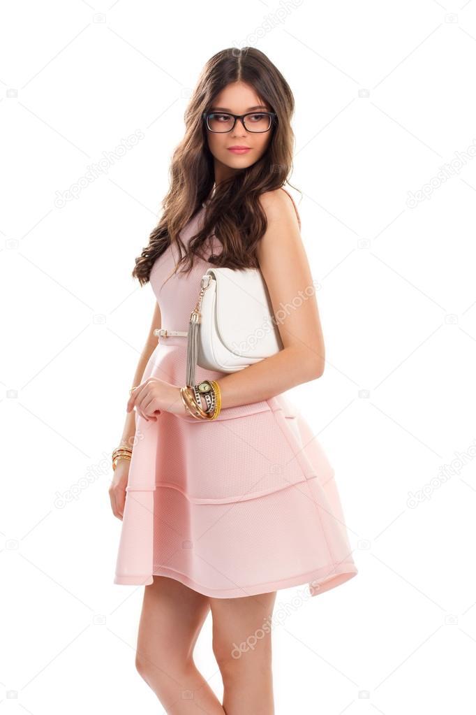 42dcb73da Señora de gafas lleva vestido. Vestido corto de color salmón. Accesorios de  moda y ropa con estilo. Belleza de la joven modelo — Foto de ...