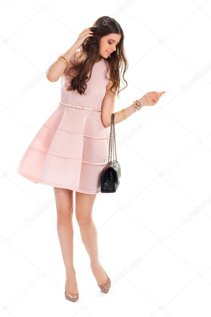 96e48aacf6 Chica en vestido salmón claro. Mujer en tacones es sonriendo. Brillantes  zapatos y bolso acolchado. Modelo en ropa casual de moda — Foto de ...