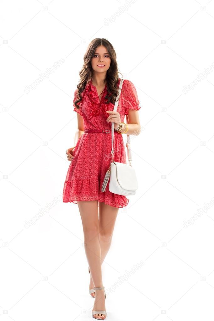 656810a8372a Lady v krátké červené šaty. Letní šaty Véčka. Atraktivní dívka na bílém  pozadí. Ležérní oblečení s doplňky — Fotografie od ...