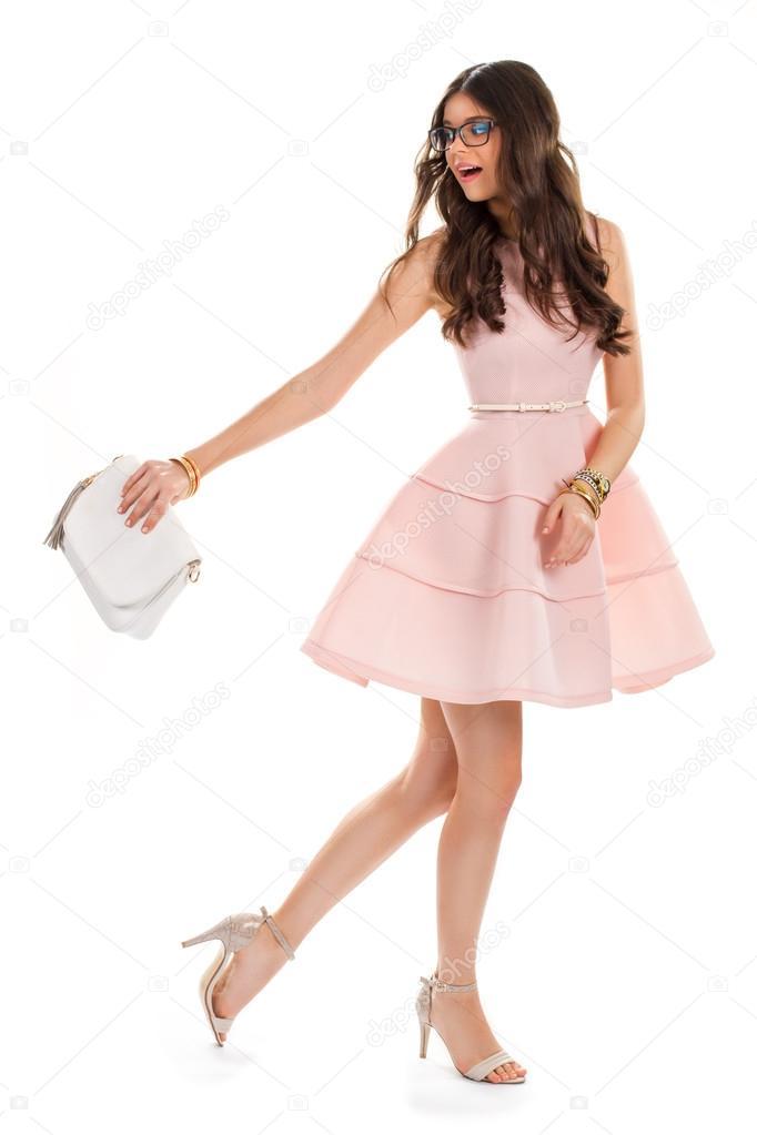 4fa1b6d04 Chica en vestido rosa luz. Vestido corto con pliegues. Atractivo modelo de  gafas. Nueva ropa de diseñador — Foto de ...