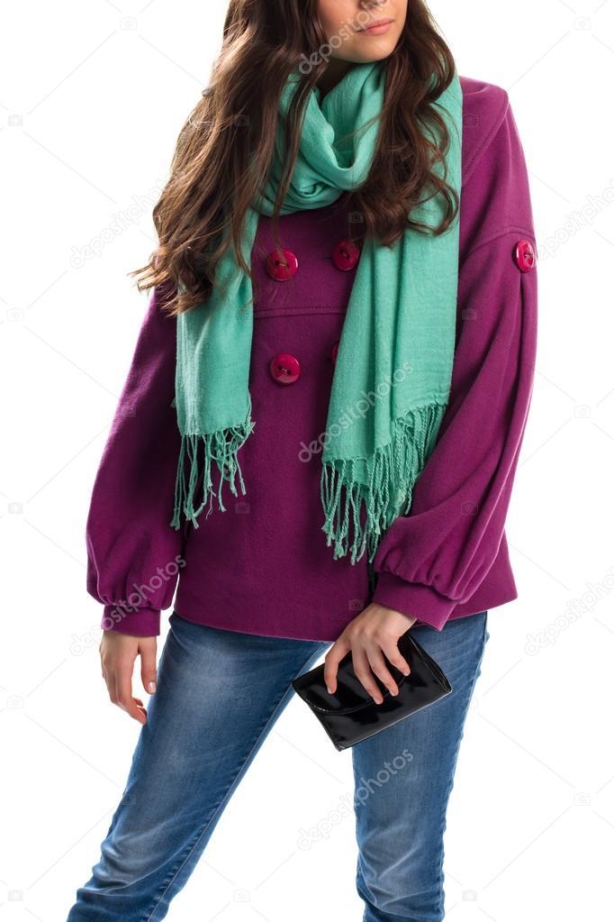 Lady zkrátka fialový kabát. Peněženka a šála s třásněmi. Příslušenství od  limitovaná kolekce. Jarní šátek světlé barvy — Fotografie od ... 4d9898f347f