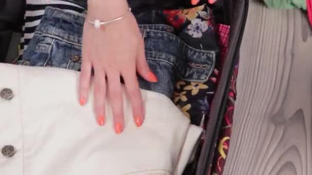 Ruce Dejte pas v kufru