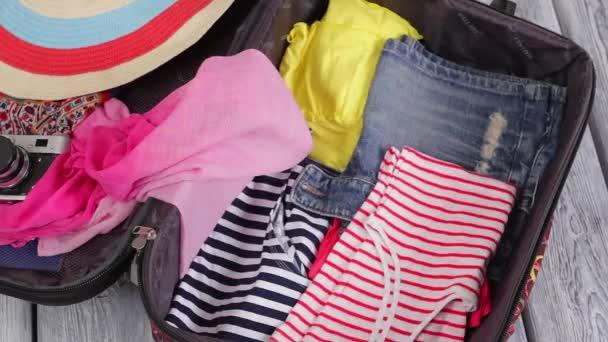 Oblečení výplně kufr