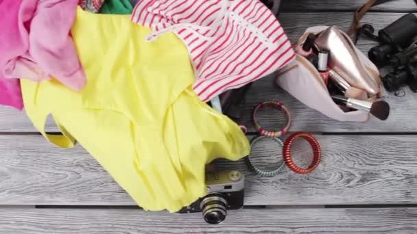 Oblečení a kabelku s kosmetikou