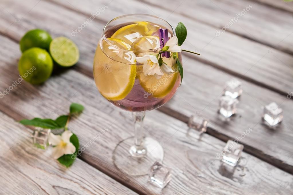 Eis und Zitrone in Getränke — Stockfoto © Denisfilm #117065506