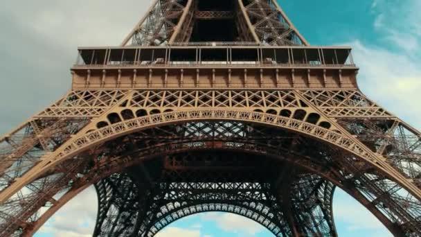 Eiffel-torony, a nappali.