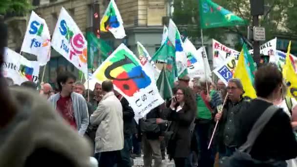 Skupina demonstrantů s příznaky.