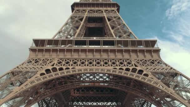 Eiffelova věž z pod