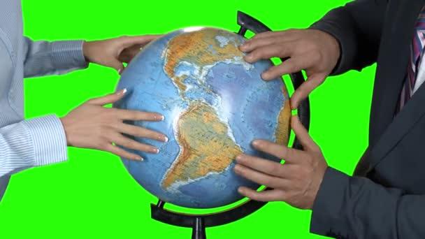 Obchodní lidé dotýkají zeměkoule.