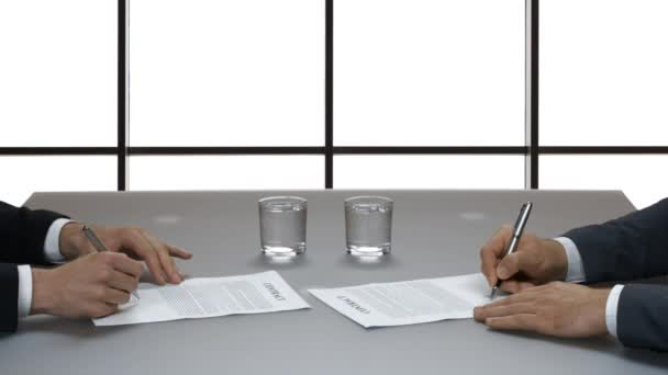 Muži podepisování dokumentů.