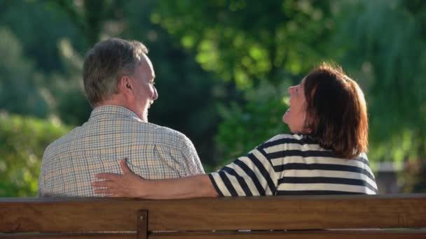 Ältere Männer und Frauen haben eine glückliche Zeit miteinander.