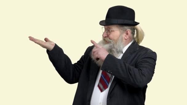 Vezető üzletember mutatja másolás tér kézzel.