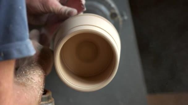 Tischler formt Holz auf Drehmaschine.