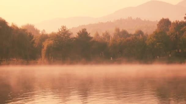Kilátás a ködös tóra kora reggel.