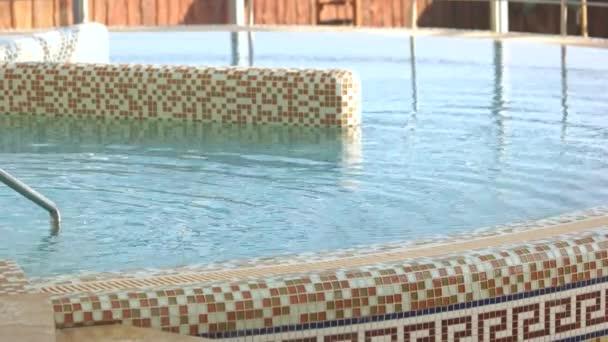 Venkovní bazén s minerální vodou.