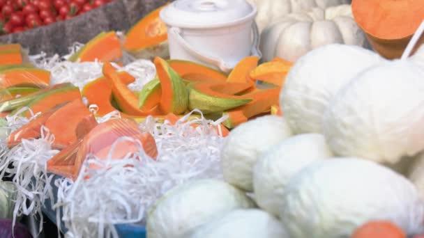 Barevné ovoce a zelenina na místním trhu.