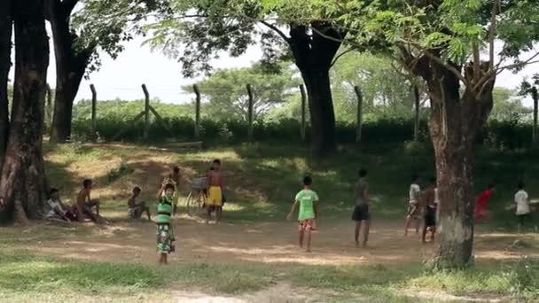 děti hrají fotbal