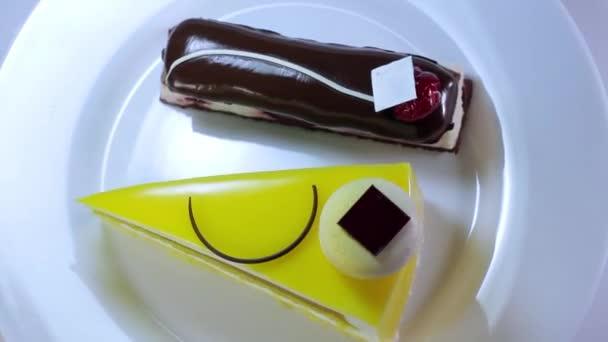 Světlé koláče na desce