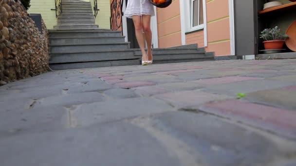 Dívka na paty.