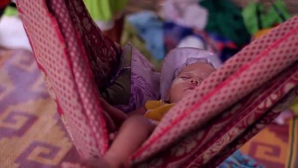 Dítě spí v houpací síti