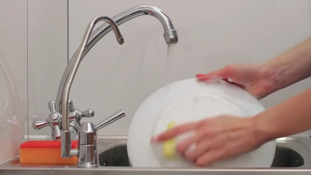 Mytí nádobí.