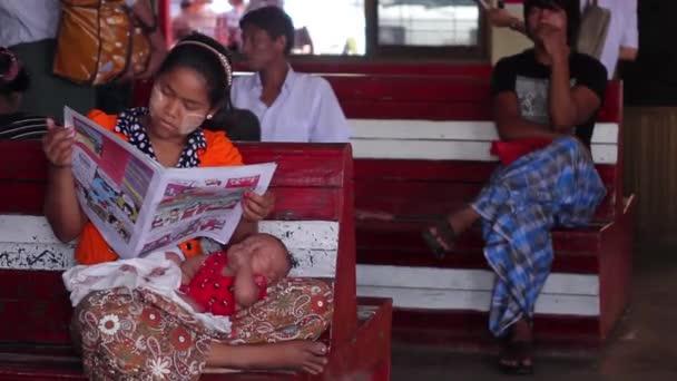 Matka a dítě na stanici