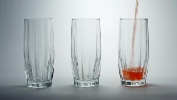 Nápoj se nalije do sklenice.