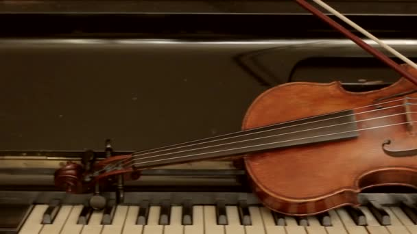 Régi hegedű zongora fekvő.