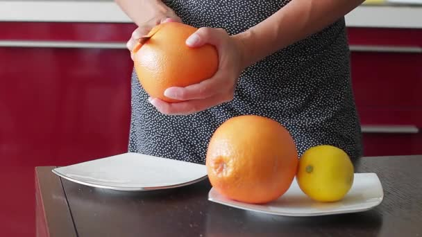Grapefruits and lemon lay on a plate.