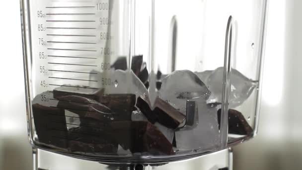 Čokoládový koktejl se nalije do sklenice