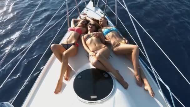 Barátnők pihentető egy jachton