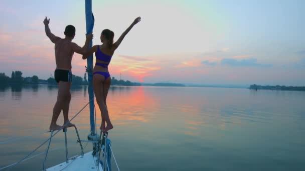 Pár v lásce relaxační na jachtě