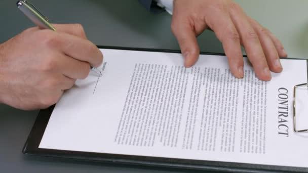 Geschäftsmann unterschreibt Vertrag.