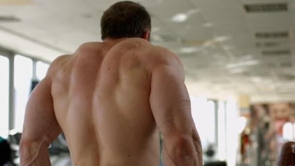 Bodybuilder stark im Rücken.
