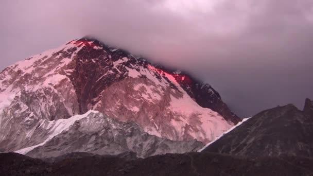 Pohled na Everest se skrývá v oblacích při západu slunce. Himaláje. Nepál