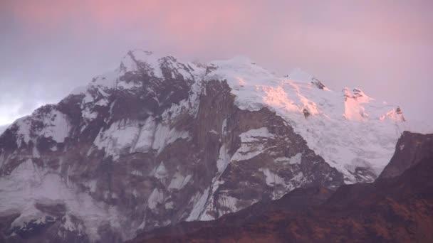 Pohled na západ slunce v pohoří Himaláje