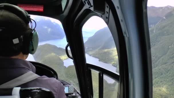 Pilot im Cockpit des Hubschraubers