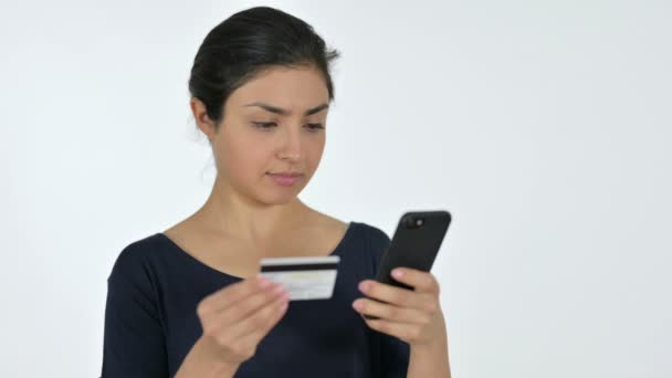 Online-Shopping auf dem Smartphone von jungen Inderin, weißer Hintergrund